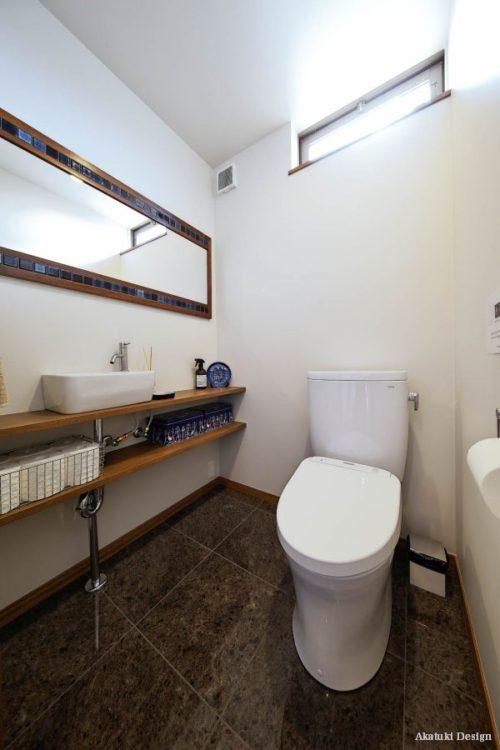 アンティークな鏡のトイレ
